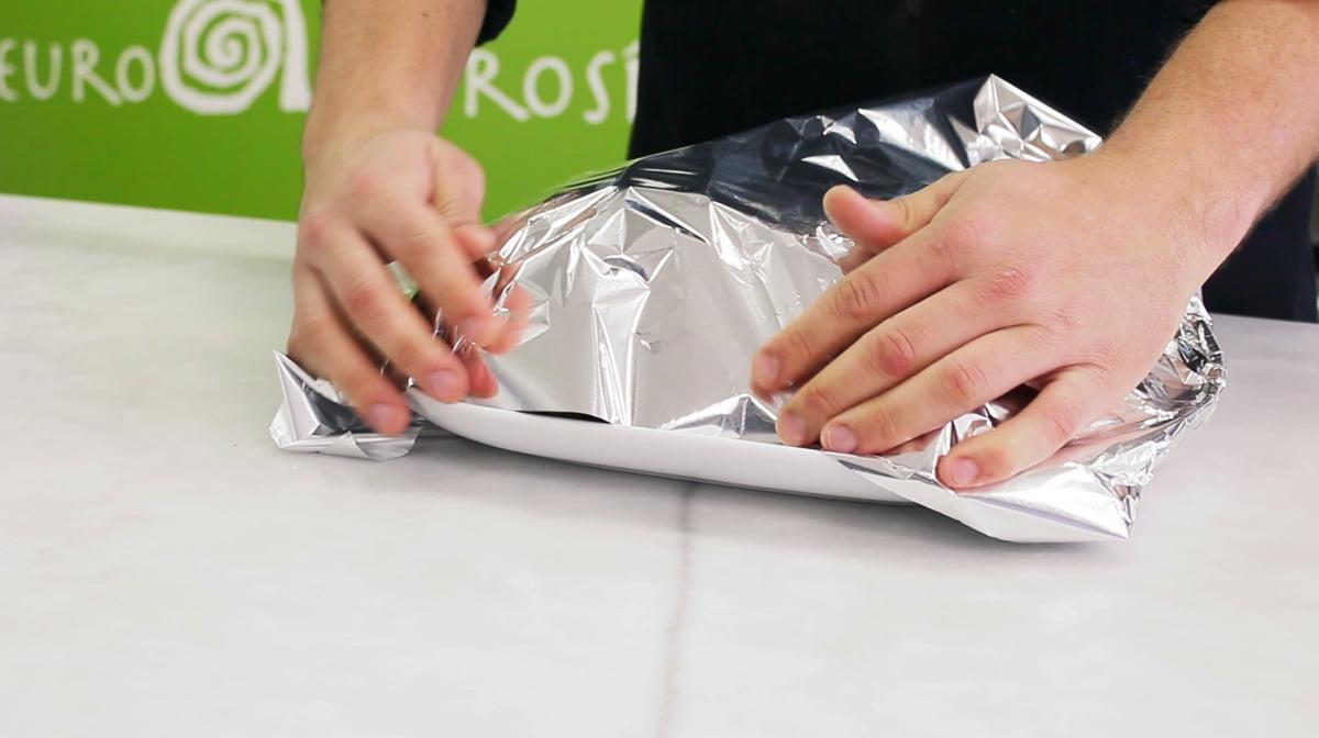 Cubriendo con un filme de aluminio un capón